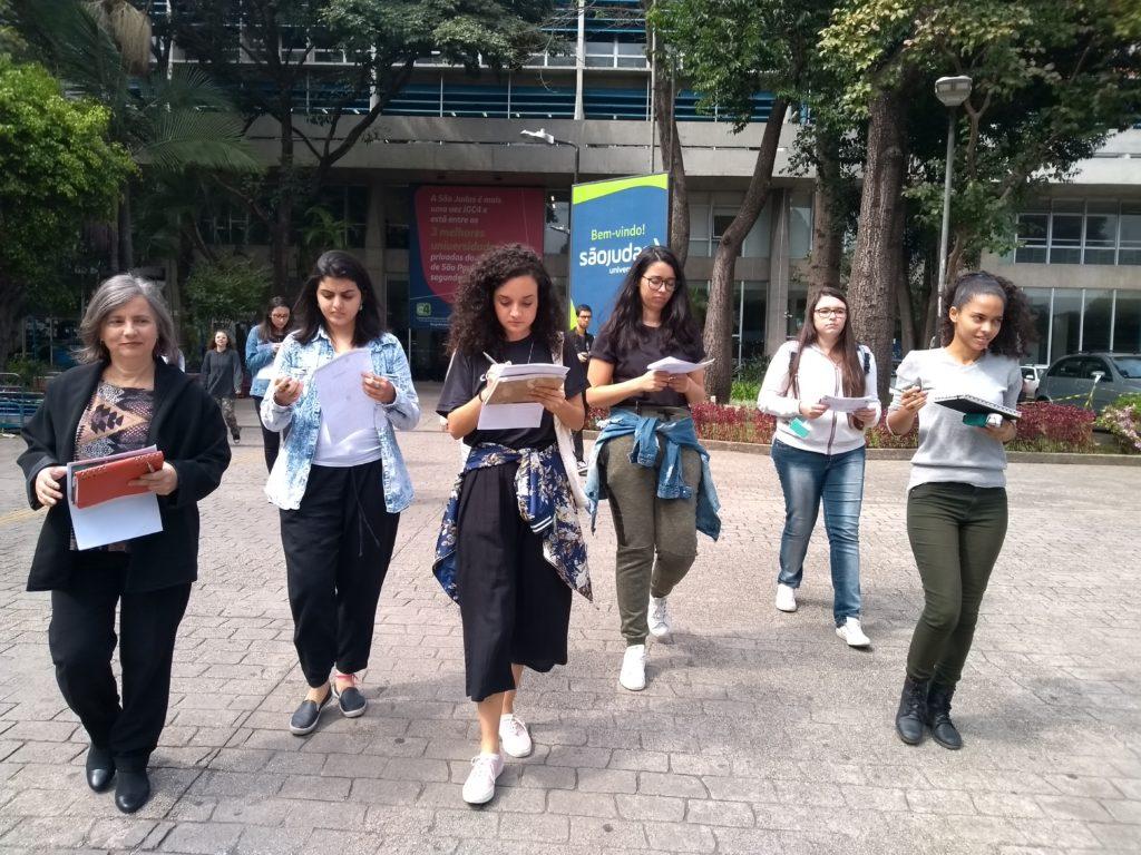 Estudantes partem para bonde a pé no entorno da universidade